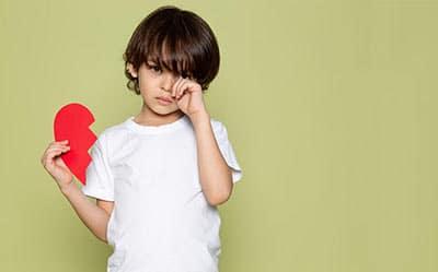 """10 Soluții ca să ai un copil """"bine crescut"""", fără pedepse sau comparații: ce să îi spui când e agitat sau morocănos și nu te mai înțelegi cu el"""