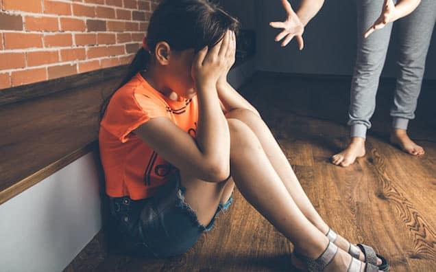 10 Expresii pe care părinții nu ar trebui să le folosească niciodată cu copiii lor – de ce sunt distrugătoare și ce să spui în schimb